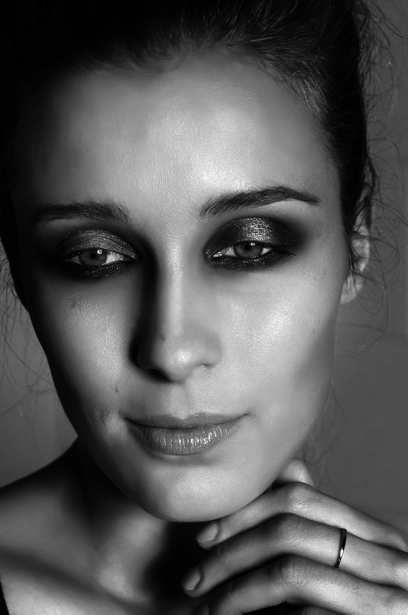 Black and white beauty portrait model looking down Auckland Fashion by Sera Mitchinson Selctor photographer Anais C