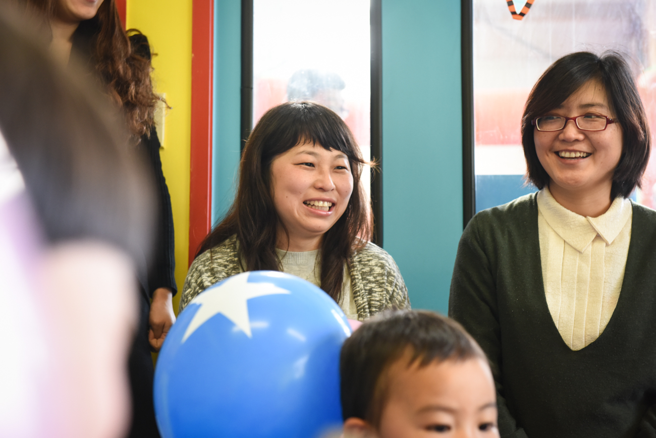 Smily mother at the birthday party of er daughter
