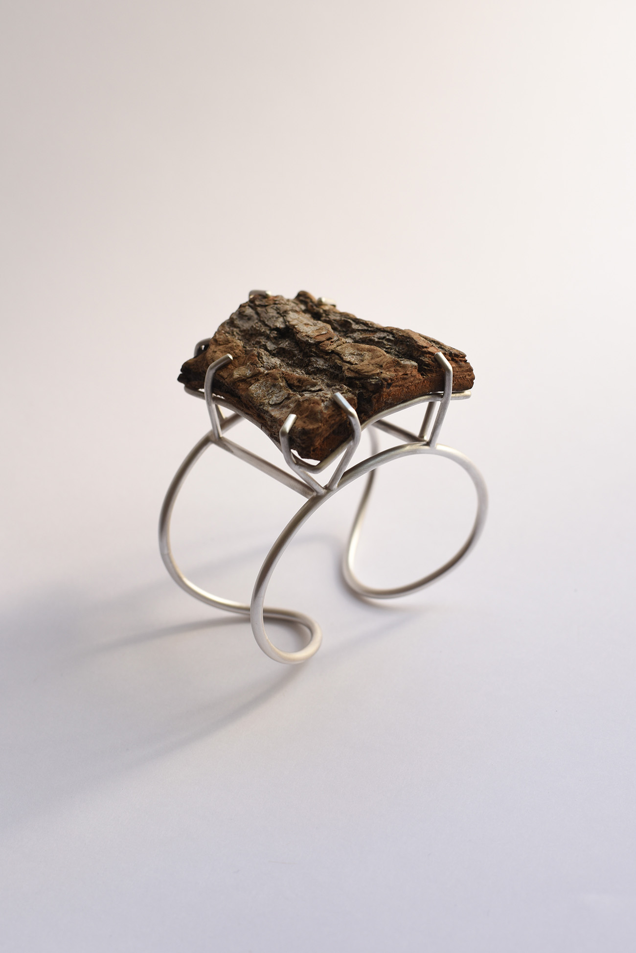 Force of nature, pine wood bark and silver bracelet by Laura Guitte