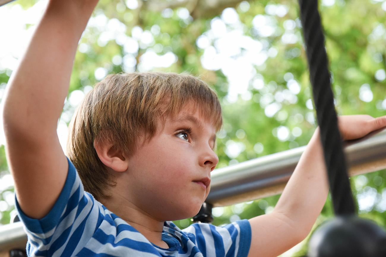 portrait d'un jeune homme concentre au parc a Lyon, france