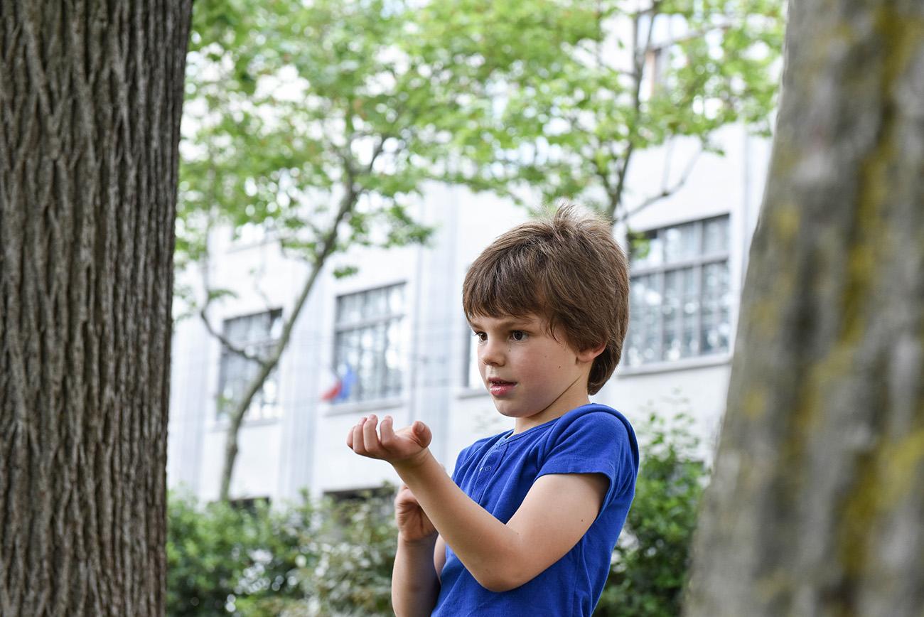 jeune homme qui se gratte dans le parc lors de la prise de vue