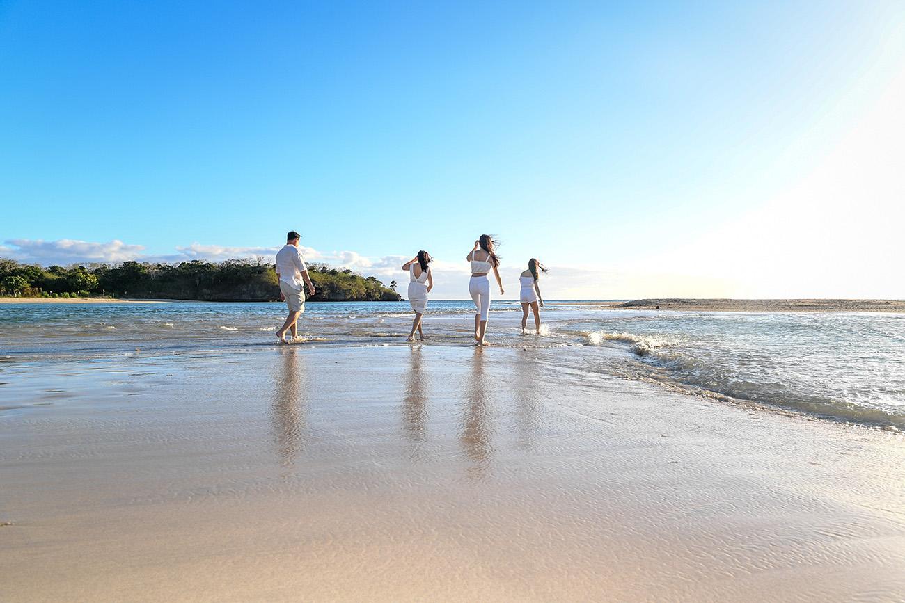 A family runs on Natadola beach